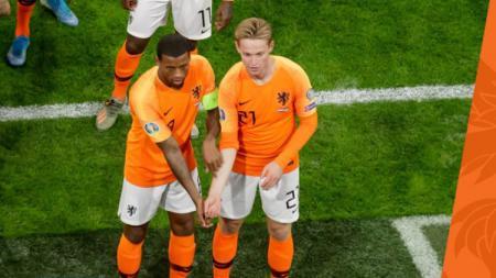 Georginio Wijnaldum saat merayakan golnya dengan menunjukkan gestur melawan rasisme di pertandingan Kualifikasi Euro 2020 antara Belanda vs Estonia, Rabu (20/11/19) dini hari WIB. - INDOSPORT