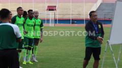Indosport - Aji Santoso memimpin pemain klub Liga 1 2019, Persebaya latihan di Stadion Gelora Sidoarjo, Selasa (19/11/19).