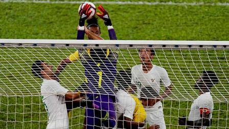 Aksi penyelamatan Mohammad Ridho dari serangan pemain Malaysia.