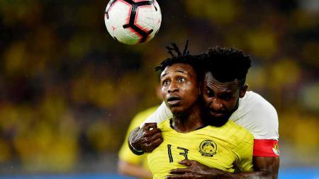 Kapten timnas Indonesia, Rudolof Yanto Basna berusaha merebut bola dari Mohamadou Sumareh pada laga kualifikasi Piala Dunia 2022 - INDOSPORT