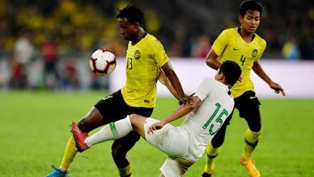 Mohamadou Sumareh berusaha keras menerjang salah satu pemain timnas Indonesia pada laga kualifikasi Piala Dunia di Stadium National Bukit Jalil