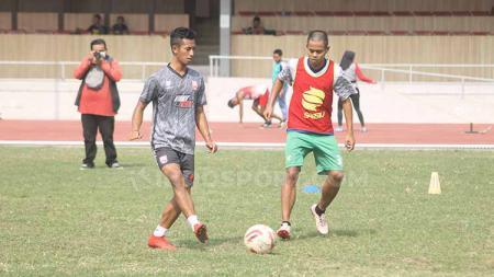 Para pemain Persis Solo berlatih di Stadion Sriwedari, Rabu (20/11/19). Foto: Ronald Seger Prabowo/INDOSPORT - INDOSPORT