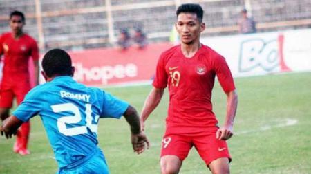 Gelandang Timnas Indonesia, Teuku Muhammad Ichsan, mendapat pujian kendati kalah 0-2 dari Timnas Malaysia di Kualifikasi Piala Dunia 2022. - INDOSPORT