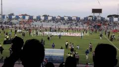 Indosport - Detik-detik kerusuhan dalam laga lanjutan Shopee Liga 1 Indonesia antara Persela Lamongan vs Perseru Badak Lampung pada Rabu (20/11/19) sore WIB, ada aksi pembakaran.