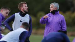 Indosport - Jose Mourinho dan Harry Kane dalam latihan perdananya bersama Tottenham Hotspur, Rabu (20/11/19).