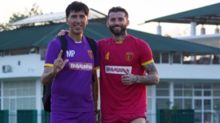 Bojan Malisic berfoto bersama Milan Petrovic di tengah sesi latihan Perseru Badak Lampung di Liga 1 2019. - INDOSPORT