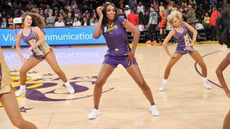 Venus Williams beraksi jadi cheerleader di laga NBA LA Lakers. - INDOSPORT