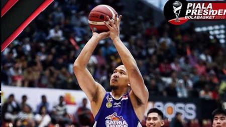 Kapten Satria Muda Pertamina Jakarta, Arki Wisnu saat ingin menembak bola dalam pertandingan Piala Presiden Basket 2019 - INDOSPORT