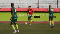 Indosport - Zulfikar (membawa bola), ikut latihan Persebaya senior di Stadion Gelora Delta, Sidoarjo. Rabu (20/11/19).