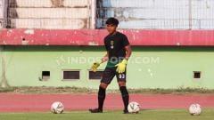 Indosport - Ernando saat ikut latihan bersama Persebaya Surabaya senior di Stadion Gelora Delta, Sidoarjo, menjelang laga Liga 1. Selasa (19/11/19).