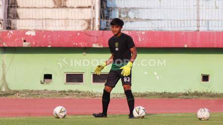 Kiper Ernando Ari Sutaryadi kemungkinan menjalani debutnya bersama klub Liga 1 Persebaya pada laga uji coba melawan Persis Solo pada Sabtu (11/01/20) di Stadion GBT. - INDOSPORT