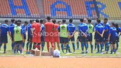 Indosport - Pemain Persib mendapat pengarahan dari staf pelatih saat latihan di Stadion Si Jalak Harupat, Kabupaten Bandung, Kamis (21/11/2019).