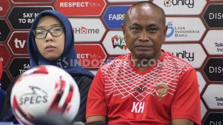Pelatih Sriwijaya FC, Kas Hartadi (kanan) didampingi asisten manajer, Mayumi Itsuwa dalam jumpa pers semifinal Liga 2 2019 di Grand Inna Bali Beach Hotel, Sanur, Denpasar, Kamis (21/11/19). - INDOSPORT