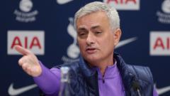 Indosport - Real Madrid sukses bebaskan diri dari Gareth Bale, Jose Mourinho selaku pelatih raksasa Liga Inggris, Tottenham Hotspur sindir menusuk Zinedine Zidane.