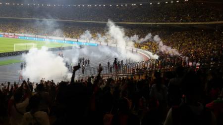 Suporter Timnas Indonesia saat dilempari smoke bomb oleh oknum fans Malaysia di laga kelima Kualifikasi Piala Dunia 2022. - INDOSPORT