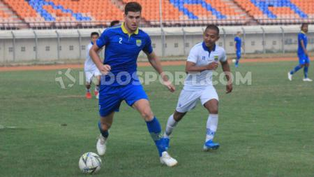 Pemain klub Liga 1 Persib Bandung, Nick Kuipers menghindari kejaran Gian Zola saat game internal di Stadion Si Jalak Harupat, Kabupaten Bandung beberapa waktu lalu. - INDOSPORT