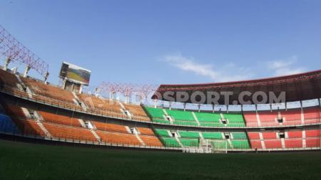 Berbagai penambahan fasilitas terus dilakukan di Stadion Gelora Bung Tomo, Surabaya, yang rencananya menjadi salah satu venue Piala Dunia U-20 2021. - INDOSPORT