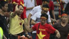 Indosport - Suporter Vietnam diserang suporter Malaysia pada ajang Piala AFF 2014.