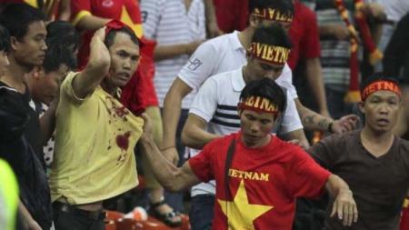 Suporter Vietnam diserang suporter Malaysia pada ajang Piala AFF 2014. - INDOSPORT