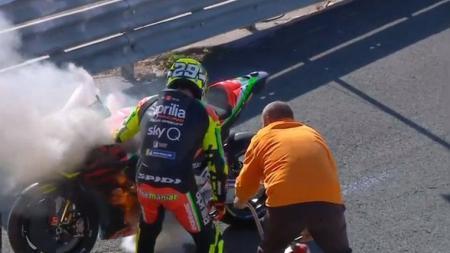 Andrea Iannone tampak gusar saat motornya terbakar di sesi latihan pramusim MotoGP 2020 di Valencia. - INDOSPORT