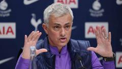 Indosport - Jose Mourinho dalam jumpa pers bersama Tottenham Hotspur