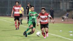 Indosport - Andik Vermansah menggiring bola melewati pemain Bhayangkara FC.