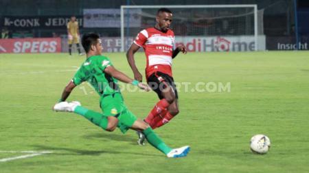 Greg Nwokolo mencoba melewati hadangan pemain Bhayangkara FC. - INDOSPORT