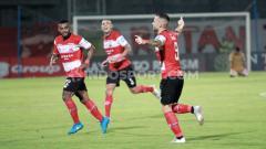 Indosport - Aleksandar Rakic (kanan) berselebrasi usai mencetak gol ke gawang Bhayangkara FC.
