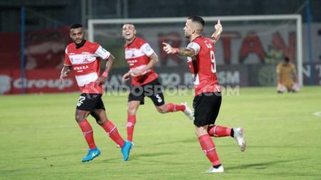 Aleksandar Rakic (kanan) berselebrasi usai mencetak gol ke gawang Bhayangkara FC. - INDOSPORT