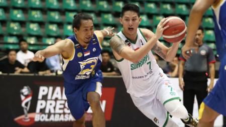 Daniel Wenas (kanan) beraksi kala membela Louvre Surabaya di Piala Presiden Basket 2019. - INDOSPORT