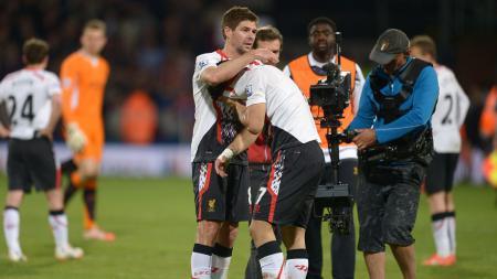 Steven Gerrard berusaha menenangkan Luis Suarez pasca Liverpool ditahan imbang Crystal Palace di Liga Inggris musim 2013-2014 - INDOSPORT