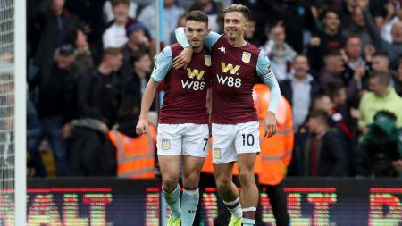 Bintang Aston Villa, Jack Grealish (kanan), melemparkan kode ingin bergabung Manchester United lewat media sosial Twitter - INDOSPORT