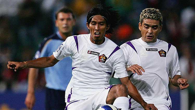 Budi Sudarsono dan Cristian Gonzales semasa membela Persik Kediri Copyright: Cameron Spencer /Getty Images