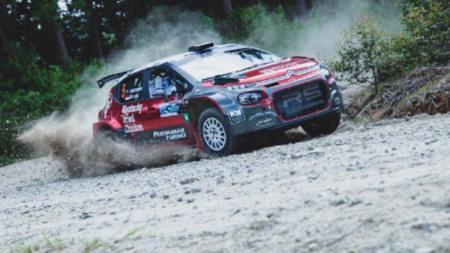 Mobil balap yang dikemudikan oleh Sean Gelael yang berhasil menjadi yang tercepat di hari pertama Danau Toba Rally 2019, Sabtu (23/11/19) kemarin. - INDOSPORT