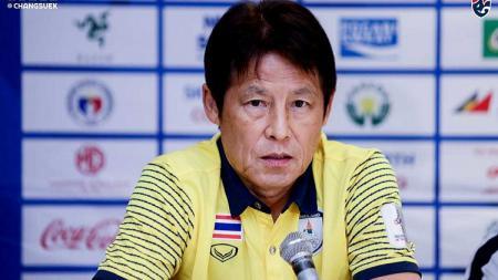 Pelatih Timnas Thailand, Akira Nishino yang diklaim gajinya terbesar dalam sejarah ternyata masih kalah dari juru taktik Timnas Indonesia, Shin Tae-yong. - INDOSPORT