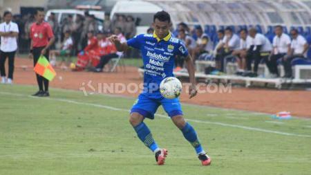 Gelandang Persib Abdul Aziz saat pertandingan menghadapi Barito Putera di Stadion Si Jalak Harupat, Kabupaten Bandung, Minggu (24/11/2019) - INDOSPORT