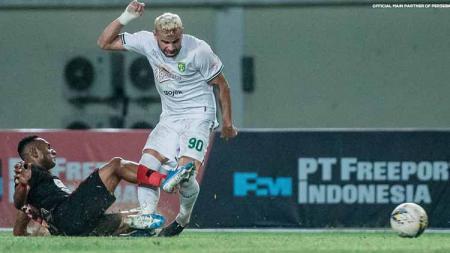 Persebaya Surabaya membuat Persipura Jayapura bertekuk lutut dengan skor 1-3 pada laga ke-7 BRI Liga 1 2021-2022 di Stadion Maguwoharjo, Sabtu (16/10/21). - INDOSPORT