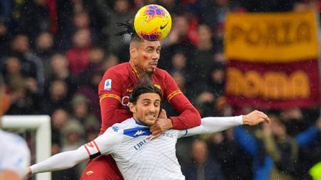 Chris Smalling saat menanduk bola dalam pertandingan Serie A Italia giornata ke-13 antara AS Roma vs Brescia, Minggu (24/11/19) malam WIB. - INDOSPORT
