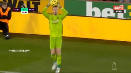 De Gea melakukan throw-in di pertandingan pekan ke-13 Liga Inggris antara Sheffield United vs Manchester United. - INDOSPORT