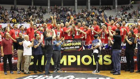 Satria Muda Pertamina Jakarta keluar sebagai juara pada Piala Presiden 2019 bola basket, setelah mengalahkan Amartha Hangtuah 51-43 pada laga final di GOR Sritex Arena, Solo, Minggu (24/11/19). - INDOSPORT