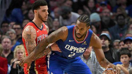 Shooting guard LA Clippers (kanan), Kawhi Leonard mendapat penjagaan dari point guard New Orleans Pelicans, Lonzo Ball - INDOSPORT