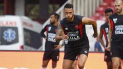 Indosport - Pemain klub Liga 1 PSM Makassar, Raphael Maitimo, akan menghadapi mantan klubnya Persib Bandung yang dilatih Robert Alberts.