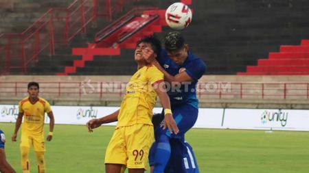 M Andika Kurniawan (kanan) resmi hengkang dari Persiraja Banda Aceh dan berlabuh ke Borneo FC di Liga 1 2020. - INDOSPORT