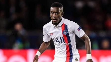 Raksasa Liga Inggris, Manchester United, dikabarkan mengincar pemain berpengalaman Paris Saint-Germain, Idrissa Gueye. - INDOSPORT