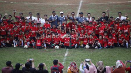Sebanyak 91 anak di bawah usia 12 tahun mengikuti acara coaching clinic yang digelar Persija Jakarta bertajuk Siner91 Grassroot di Gor Soemantri Brojonegoro, Kuningan Jakarta, Senin (25/11/19). Pelatihan sepakbola dari pelatih dan lima pemain Persija ini - INDOSPORT