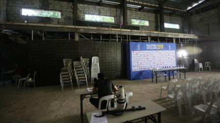Tembok tak bercat dan kursi ala warung bakso menghiasi ruang media SEA Games 2019 di Stadion Rizal Memoria Filipina. - INDOSPORT