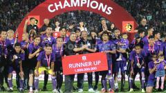 Indosport - Skuat Persita Tangerang menerima giant check sebesar Rp 1 Miliar setelah berhasil menjadi juara kedua Liga 2 2019