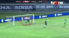 Indosport - Bek Persita Tangerang Rio Ramandika melakukan penyelamatan krusial di pertandingan final Liga 2 2019 melawan Persik Kediri, Senin (25/11/19).