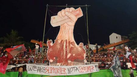 Koreo 'We Are Suporter Not A Costumer' dari kelompok suporter Red Gank di laga Shopee Liga 1 2019 antara PSM Makassar melawan Bali United. - INDOSPORT