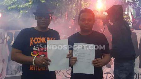 Asosiasi pengurus (Asprov) PSSI Jawa Timur langsung merespon aksi demo yang dilakukan oleh solidaritas suporter Indonesia terkait penahanan suuporter Indonesia di Malaysia dengan berkirim surat ke PSSI - INDOSPORT